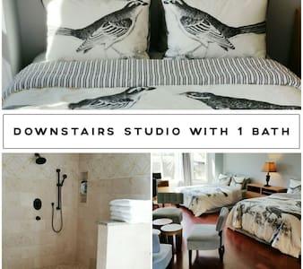 2 Units! 3 bedrms 2 baths 5 beds. Citadel Outlets - Leilighet