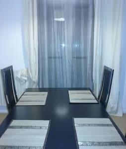 Chambre avec lit double dans une villa spacieuse - House