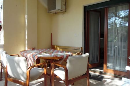 Квартира с одной спальней, террасой и двориком. - Flat