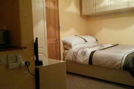 Double bedroom  wi fi  parking - House