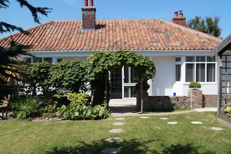 Charming seaside bungalow with lovely sunny garden - Sheringham - Bungalow