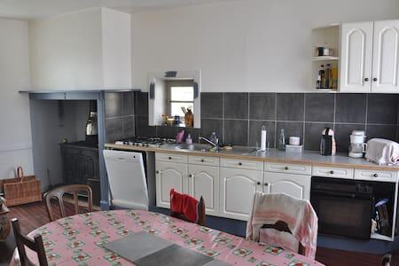 Maison bourg Ladinhac Chataigneraie Cantal - Casa