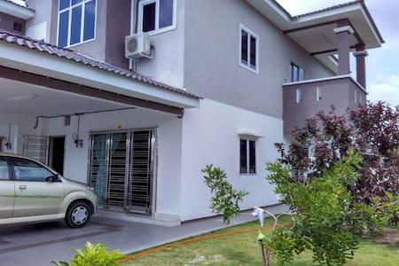 Mewah Homestay Sitiawan - 단독주택