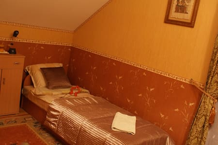 Room type: Private room Property type: House Accommodates: 3 Bedrooms: 1 Bathrooms: 1.5
