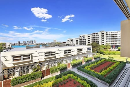 Water views and easy access to Sydney Olympic Park - Wohnung