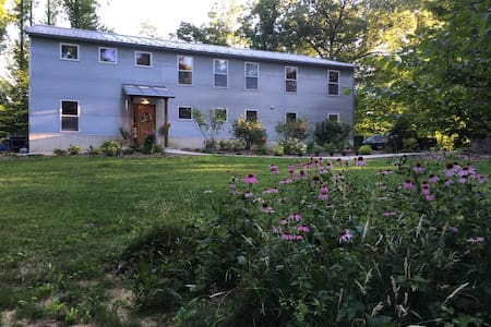 Steelcroft: A modern farmhouse in the woods - Bloomington - House
