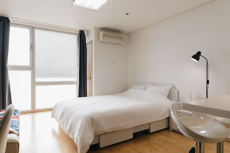 - Fantastic Location. connection to the Hongdae station. - 3 min to Hongdae main street by walking. - Perfect Work space (Internet & wifi, Monitor, Keyboard, Mouse and so on) - Gorgeous sky view - Anytime you can keep in touch 24/7 with Host.