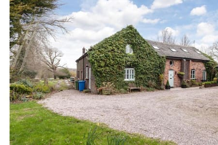 Barn, Thelwall, Cheshire sleeps 10 - House