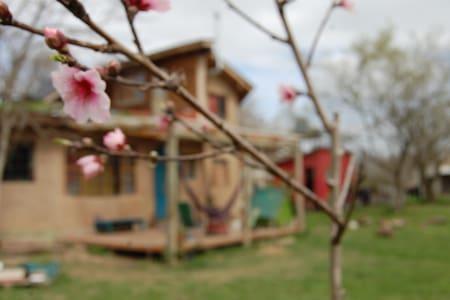 Habitación privada en casa compartida de adobe - Belén de Escobar