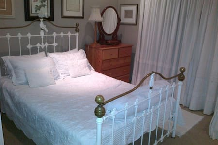 Comfortable, private room in beautiful Kloof home - Huis