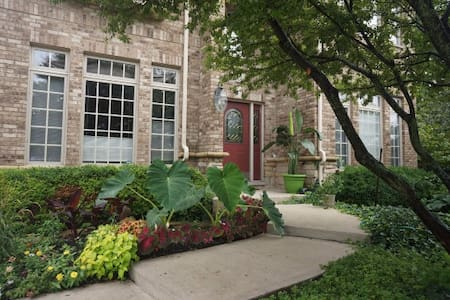 2 Bedrooms, 3 Beds with Jack and Jill Bathroom - Westmont - House