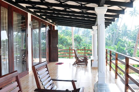 Cosy 4-bedroom villa on the beach - Ahungalla