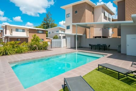 COZY QUEEN BED + TV + Wi-Fi & POOL + BBQ - Capalaba - Villa