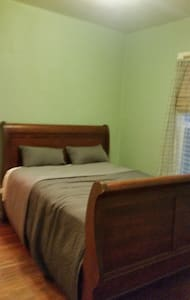 Private Bed & Bath in Foster-Powell - House