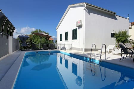 Luxury house with pool 50m from sea - Mastrinka