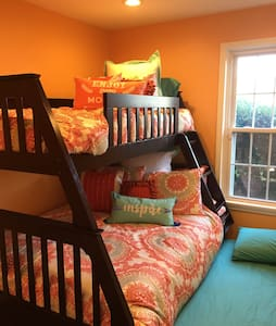 Cozy & Bright Room in Upscale Condo - Társasház