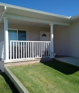 Cozy home in Vulcan Alberta - Huis