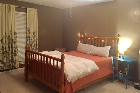 "Cozy room for your ""home away from home"" feel! - Edmond"