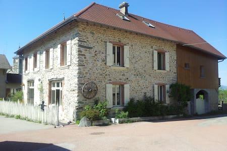 La Grange Merlantine chez Pascale et Christian - House