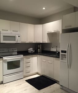 Bright Basement Suite- Minutes from Downtown - Casa