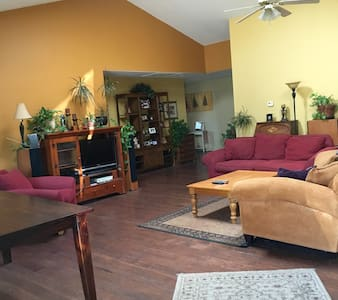 Cozy, 420-Friendly Room #1  w/ Full Home Amenities - Golden - Casa