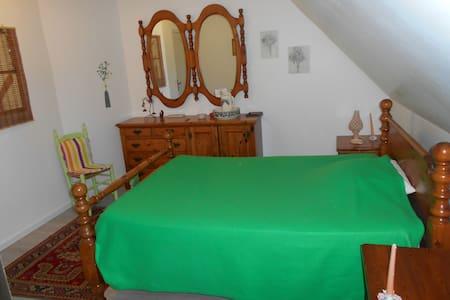chambre verte avec salle de bain - Montbazens - Casa