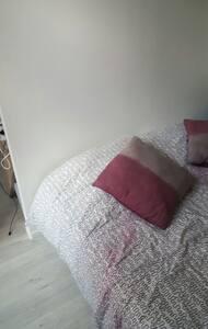 Une chambre propre avec lit 2 pers - Byt