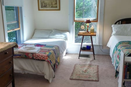 Full Bedroom: Keene Valley, Shared Bath - Huis