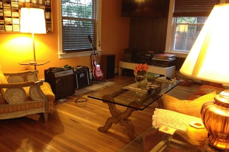 Cozy home, private 2nd floor room - Warwick