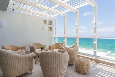 Luxury apartment on the beach - wonderful see view - Huoneisto