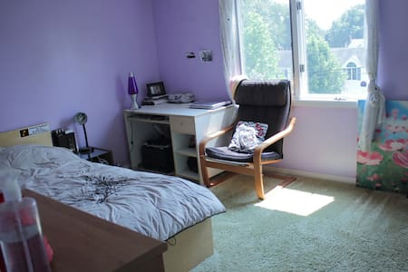 Sunny room 15 mins from New York - Rumah