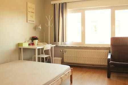 Private room near station + parking - Hus