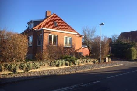 Stemningsfuldt værelse med skøn have - Vordingborg - Rumah