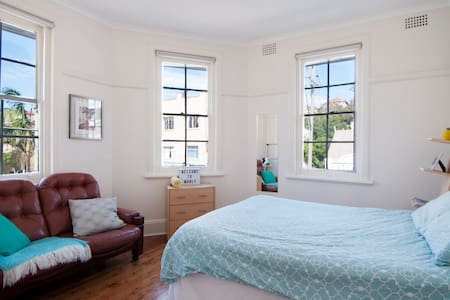SPACIOUS SUNNY BEACHSIDE FLAT - MASTER BEDROOM - Daire