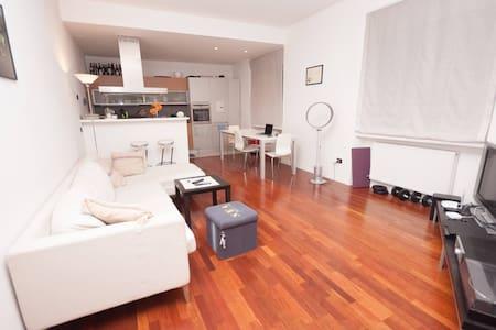 Camera Doppia in Casa Moderna Vicino al Fiume - Appartement