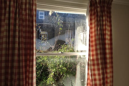 Bright friendly room in Camden - London - House
