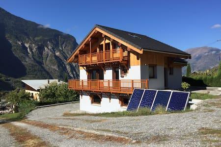 Maison moderne face aux montagnes - Casa