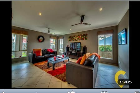 Stroll to the lake, very clean and inviting home - Springfield Lakes - House