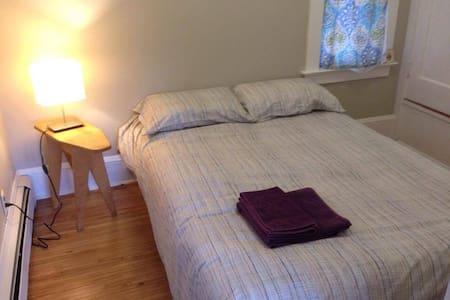 Simple bedroom in quaint NE/N Portland home - Portland - Ház