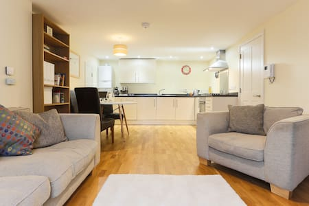 Central waterside flat + parking - Leilighet