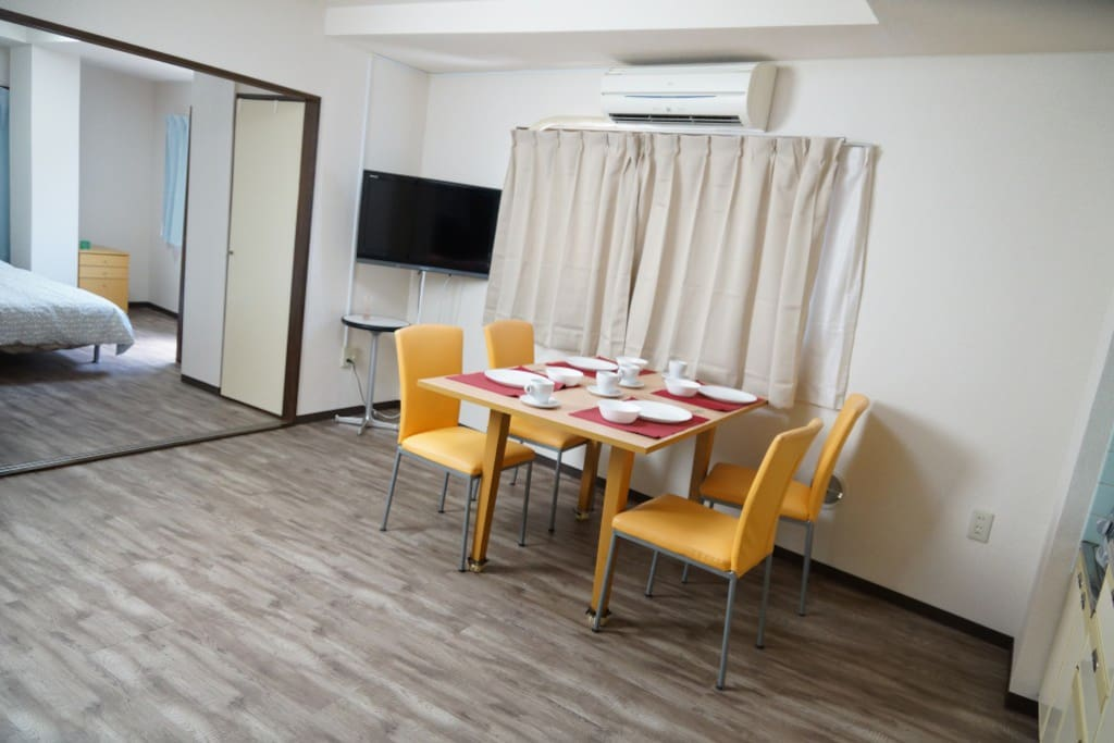 There are dinning room and 2 bed rooms. You can stay 7 people maximum.