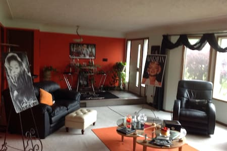 Beautiful spacious 3 bedroom home .. Great Town!!! - House
