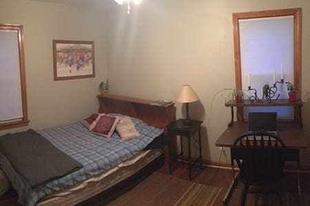 Private smoke free bedroom close to Cleveland - Wickliffe