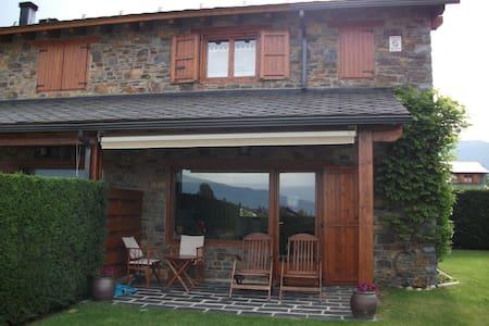 Casa adosada con vistas, jardín, piscina en Palau - Palau-de-Cerdagne