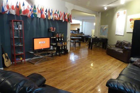 Private Room for 3 Wicker Park hostel - Chicago