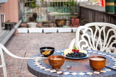 西湖区落地窗花园房 送温馨早餐 提供有趣玩乐指南 独立设计师 房主爱旅游 - Hangzhou - Bed & Breakfast
