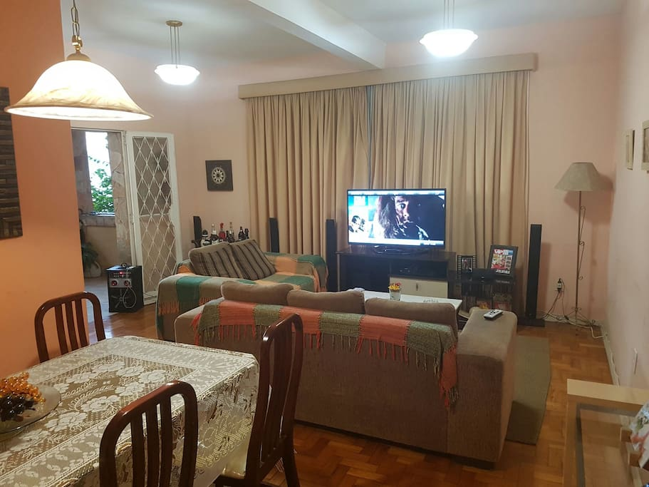 Sala de estar com TV, home theater