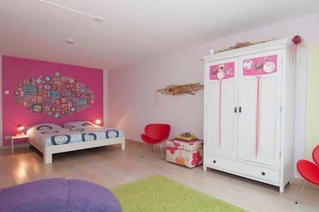 Luxurious B&B (3 rooms) - Cheerful - Aamiaismajoitus