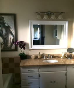 Beautiful private bedroom/bath - Santa Clarita - House