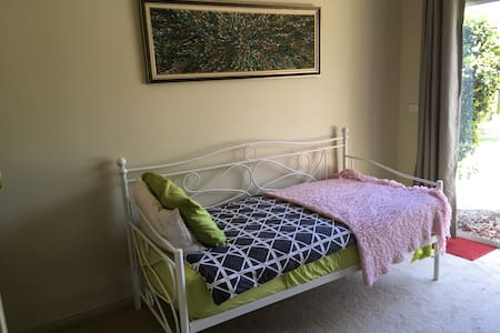 Cute Circa 1965 Country Cottage - Hastings - House